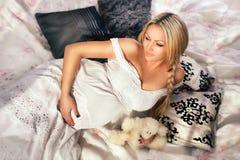 Gravid kvinna i inre Royaltyfri Fotografi