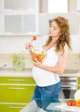 Gravid kvinna i kök Royaltyfri Bild
