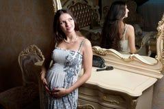 Gravid kvinna i sovrum Royaltyfri Fotografi