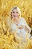 Gravid kvinna i vete Royaltyfria Bilder