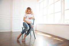 Gravid kvinna inomhus arkivfoto