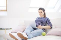 Gravid kvinna med bärbar dator royaltyfri bild