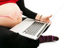 Gravid kvinna med bärbara datorn Royaltyfri Fotografi