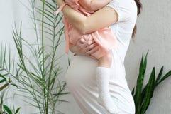 Gravid kvinna med barnet, havandeskapbuken, modern och dottern lycklig motherhood Att förvänta behandla som ett barn födelse i de arkivbilder