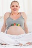Gravid kvinna med behandla som ett barn kuber på henne buken 图库摄影