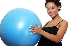 Gravid kvinna med den stora blåa gymnastiska bollen Fotografering för Bildbyråer