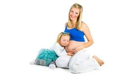 Gravid kvinna med dottern för yo 2 royaltyfri bild
