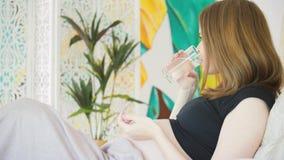 Gravid kvinna med droger lager videofilmer