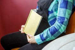 Gravid kvinna med en minnestavla i henne händer Begreppet av liv s arkivfoton