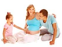 Gravid kvinna med familjen. arkivbild