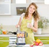 Gravid kvinna med frukt Arkivfoto
