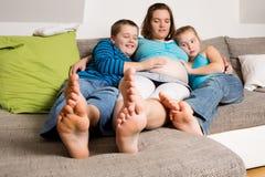 Gravid kvinna med hennes barn royaltyfria bilder