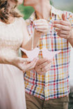 Gravid kvinna med hennes hållande leksakfåglar för make i deras händer Royaltyfria Foton