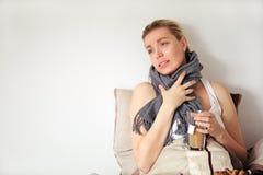 Gravid kvinna med influensan Royaltyfria Bilder