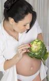 Gravid kvinna med kål Arkivbild