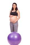 Gravid kvinna med konditionbollen Royaltyfri Foto