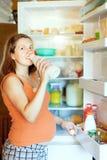 Gravid kvinna med mjölkar flaskan Arkivfoton