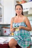 Gravid kvinna med pengar Familjbudget Arkivbild