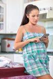 Gravid kvinna med pengar Familjbudget Royaltyfri Foto