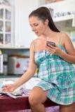Gravid kvinna med pengar Familjbudget Arkivbilder