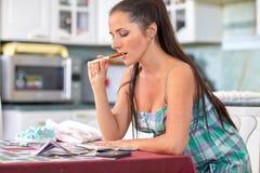 Gravid kvinna med pengar Familjbudget Fotografering för Bildbyråer