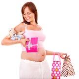 Gravid kvinna med shopping hänger lös. Royaltyfria Bilder
