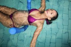 Gravid kvinna med skumrullen fotografering för bildbyråer