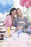 Gravid kvinna med vännen på baby shower Royaltyfria Foton