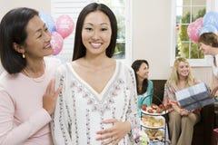 Gravid kvinna med vännen på en baby shower Arkivfoto
