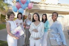 Gravid kvinna med vänner på baby shower Arkivfoto