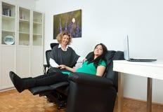 Gravid kvinna och henne terapeut arkivfoto