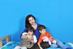 Gravid kvinna och lilla ungar royaltyfri bild