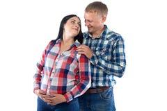 Gravid kvinna och make i skjorta Royaltyfri Bild