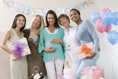 Gravid kvinna och vänner på en baby shower Royaltyfri Fotografi
