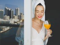 Gravid kvinna på balkong royaltyfria foton