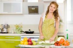 Gravid kvinna på kök Royaltyfria Bilder
