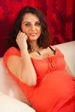 Gravid kvinna på telefonhusvagn som används som permanent hem Royaltyfri Foto