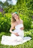 Gravid kvinna på naturen Fotografering för Bildbyråer