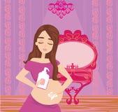 Gravid kvinna smörjer magen botar mot elasticitet fördärvar royaltyfri illustrationer