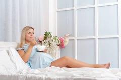 Gravid kvinna som äter sunda foods i morgonen Royaltyfri Fotografi