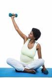 Gravid kvinna som övar med hanteln Arkivbilder