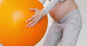 Gravid kvinna som övar med squats för passformbolldanande lager videofilmer