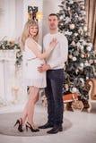 Gravid kvinna som daterar nytt år royaltyfria bilder