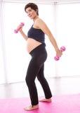 Gravid kvinna som håller i form Arkivfoton
