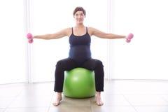 Gravid kvinna som håller i form Arkivbilder