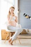 Gravid kvinna som har den sunda frukosten Royaltyfri Foto