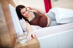 Gravid kvinna som har en dålig huvudvärk fotografering för bildbyråer