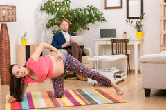 Gravid kvinna som hemma utbildar Royaltyfri Fotografi
