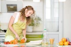 Gravid kvinna som konsulterar ett recept Royaltyfria Bilder