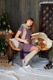 Gravid kvinna som läser en bok hans hand på hans Arkivbilder